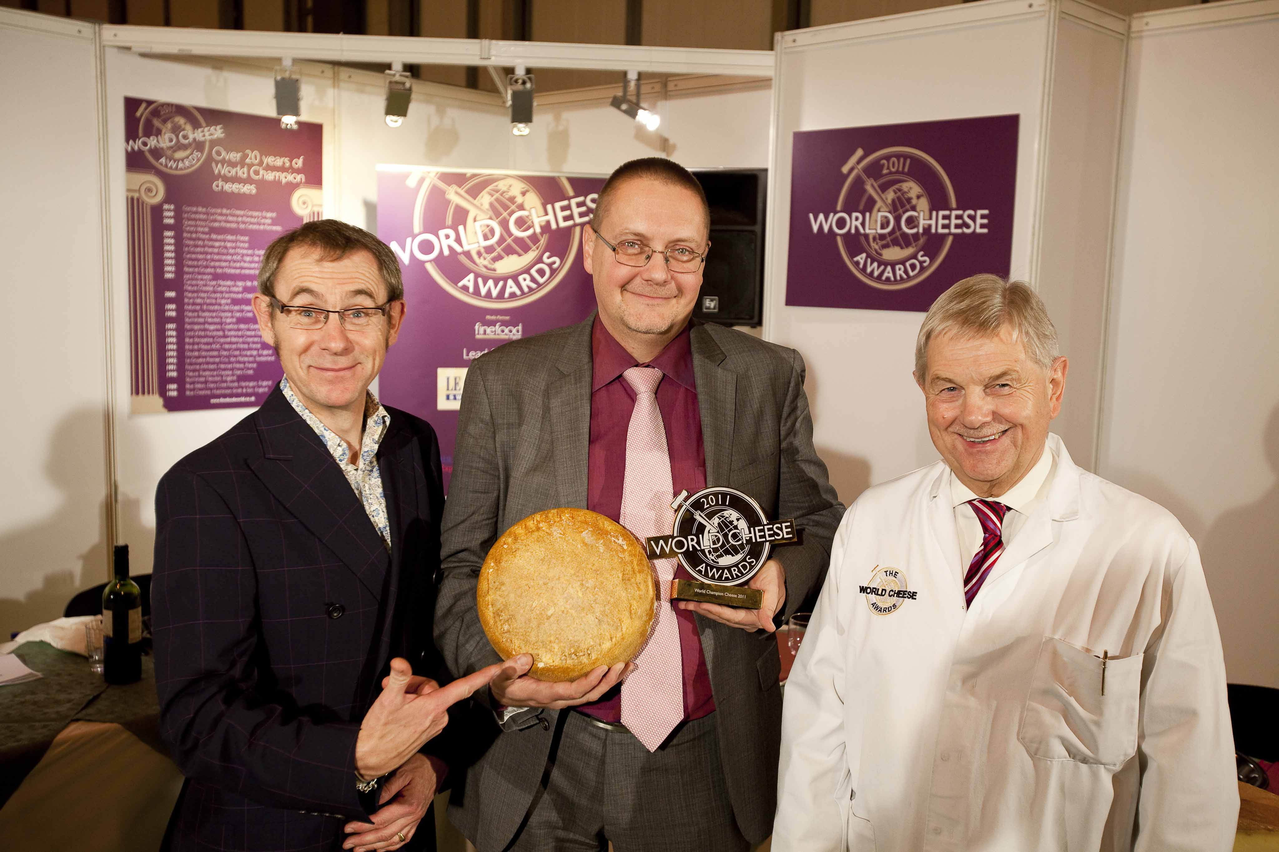 Nigel Barden, Frédéric Gayral with the winning cheese and Bob Farrand